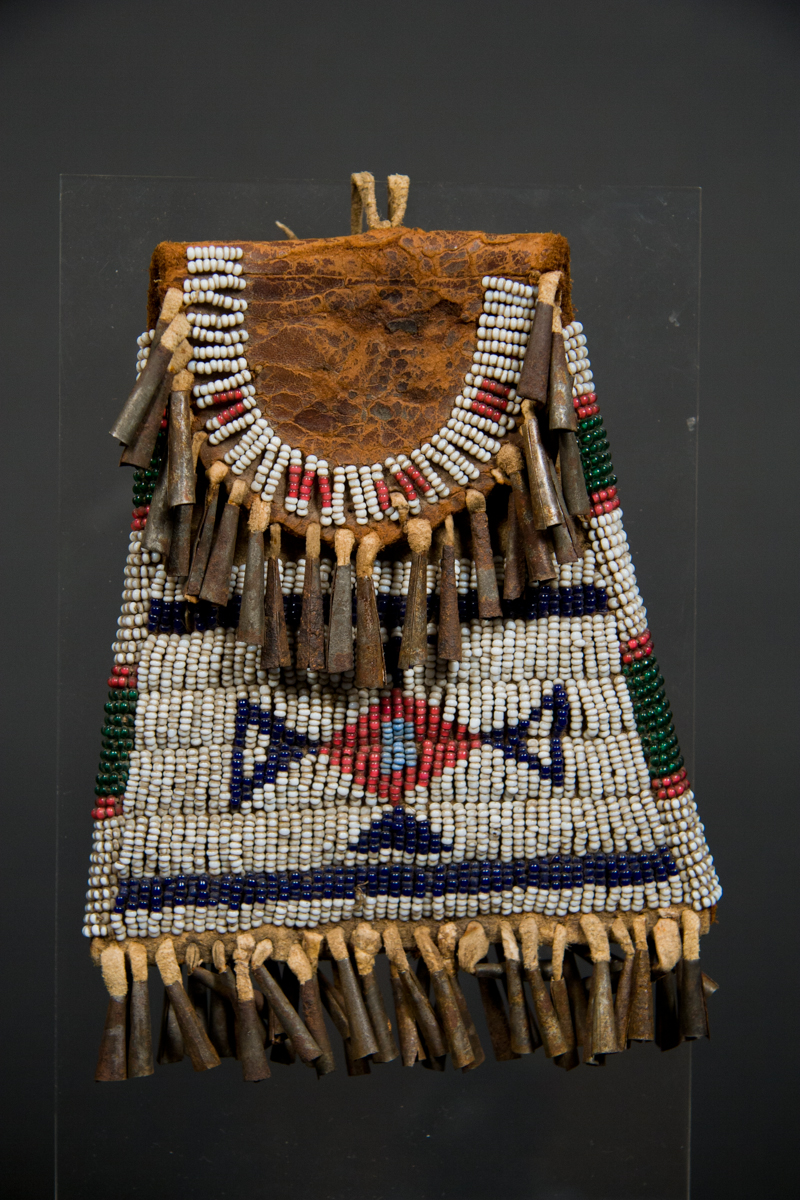 Cheyenne beaded pouch galerie flak for Cheyenne tribe arts and crafts